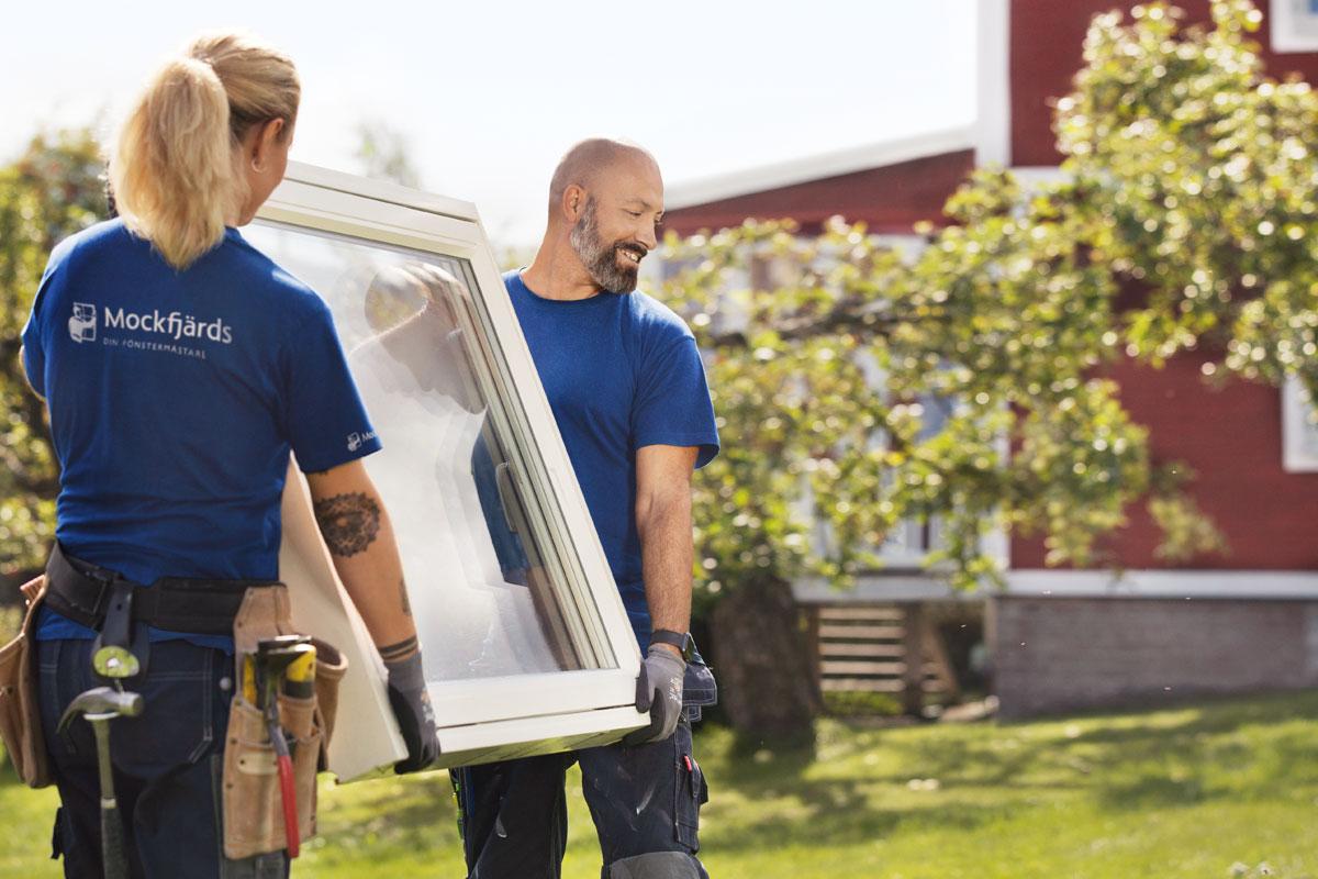 Mockfjärds montörer bär på ett fönster