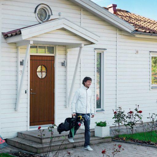 Mockfjärds brun dörr gottskär